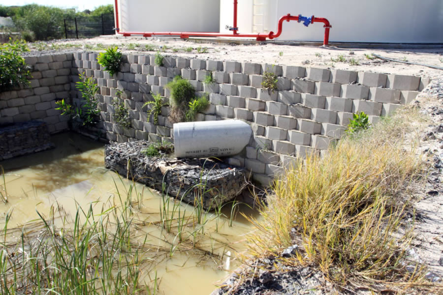 Interlocking Wall System : An interlocking permeable retaining wall system the new